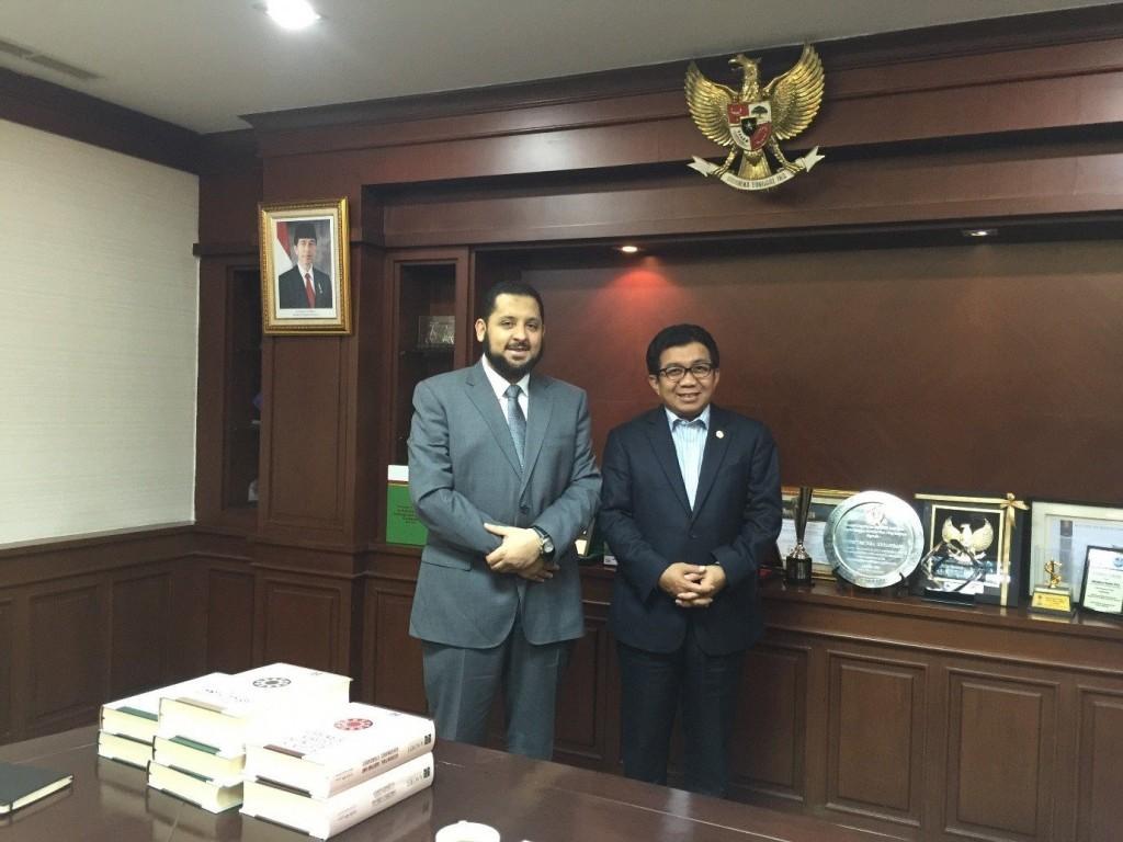 (يمين الصورة: معالي د. موليمان حداد (رئيس مجلس إدارة هيئة الخدمات المالية الإندونيسية، ويسار الصورة: د. حامد ميرة –أمين عام أيوفي-)
